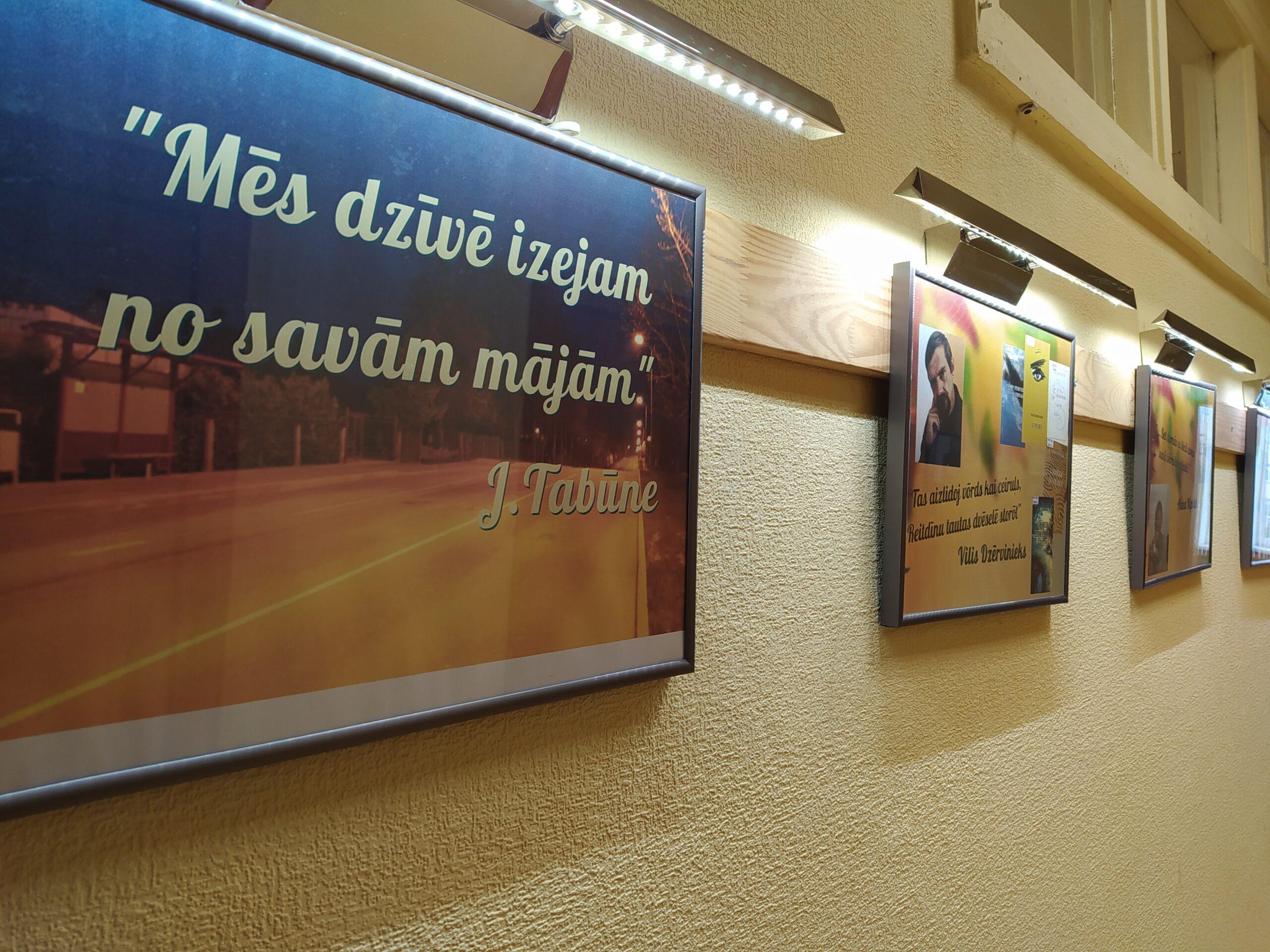"""Fotoizstāde """"Mēs dzīvē izejam no savām mājām"""" (J.Tabūne)"""